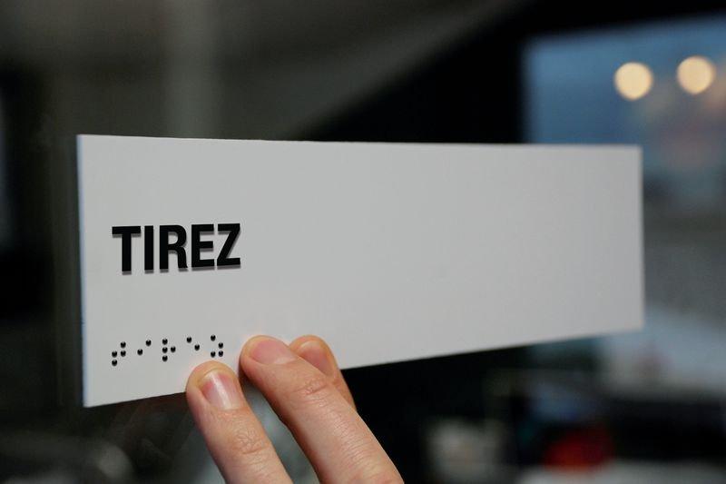Signalétique braille PVC avec texte Tirez