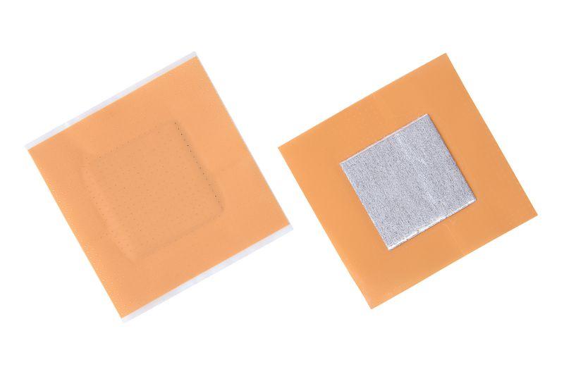 Pansement prédécoupé en plastique aluminisé