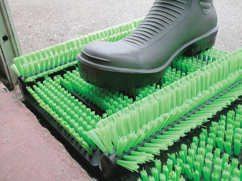 Gratte-pieds avec brosses en fibre synthétique
