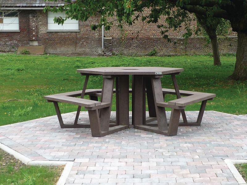 Table exagonale conviviale pour les PMR