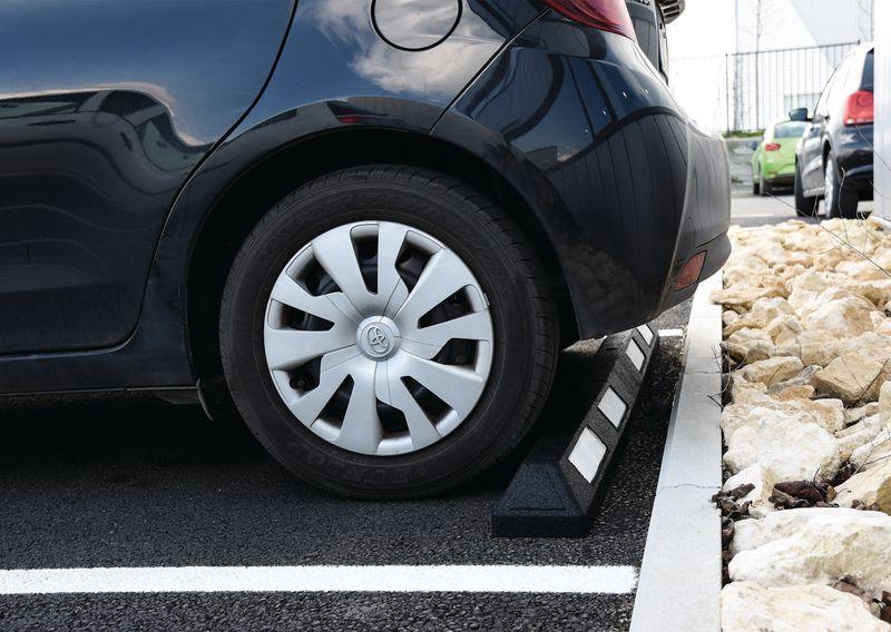 Butée de parking avec bandes blanches (photo)