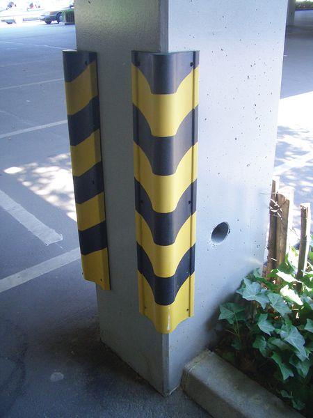 Protection d'angle caoutchouc jaune et noire (photo)