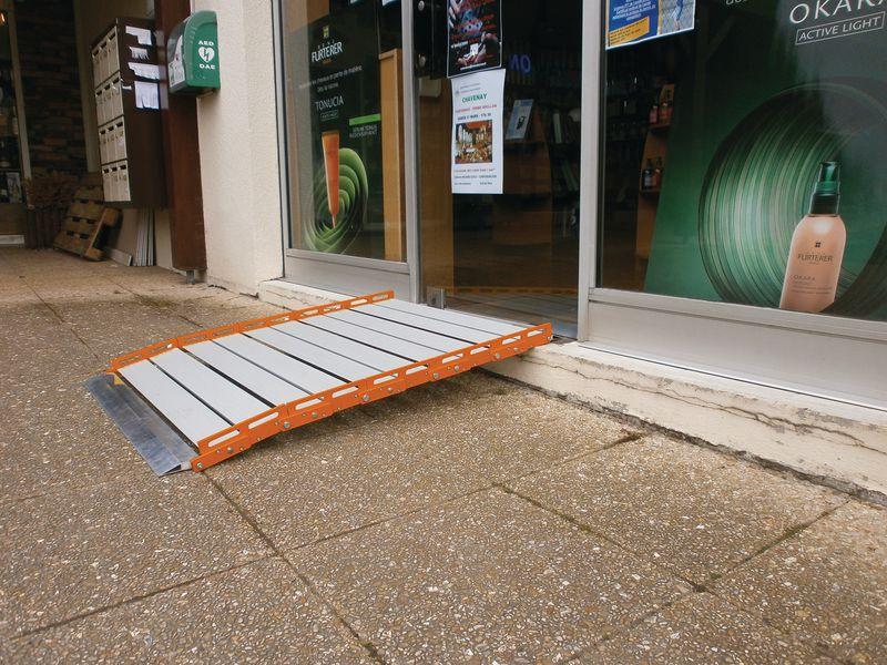 Rampe enroulable pour les personnes à mobilité réduite (photo)