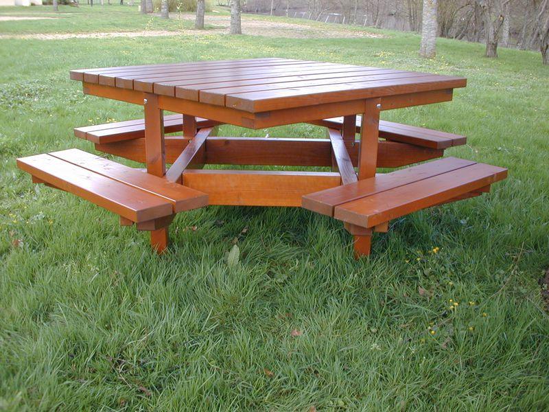 Table Toutencarrée avec 4 bancs pour 8 personnes (photo)