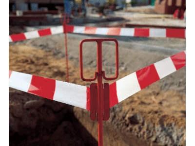 Absperrung mit rot weißem Absperrband und Einschlagpfosten aus Stahl