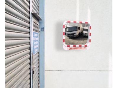 Verkehrsspiegel mit Warnhinweis
