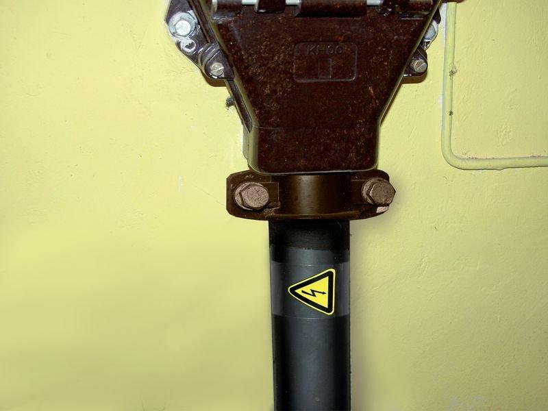 Warnung vor elektrischer Spannung - Warnmarkierer zur Schlauch-, Kabel- und Rohrkennzeichnung
