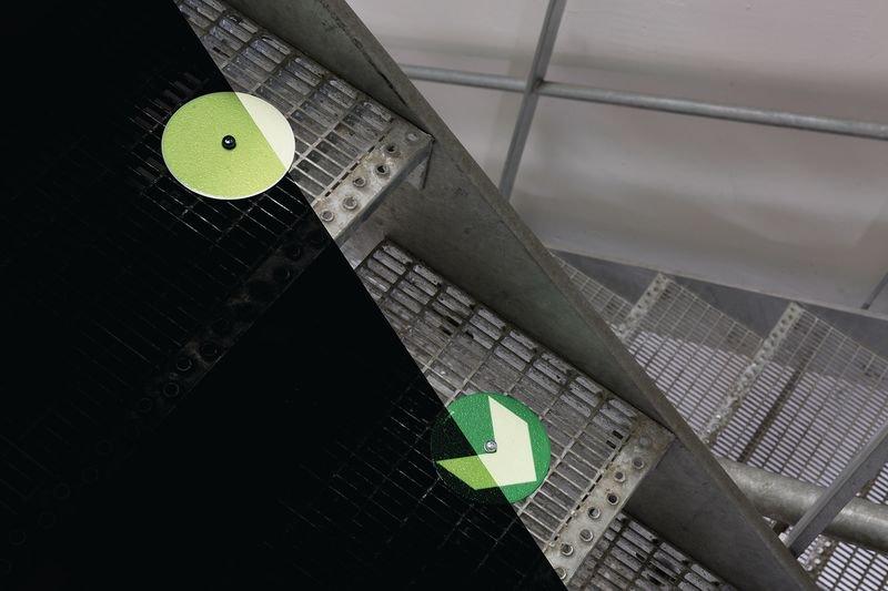 Everglow® Ronden mit Pfeil - Fluchtwegkennzeichnung, bodennah, langnachleuchtend