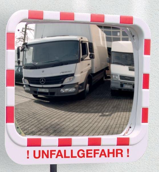 Unfallgefahr – Verkehrsspiegel mit Warnhinweis