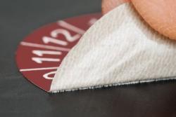 Materialbild zeigt vergrößert die Unterseite der Vinylfolie beim Ablöseversuch