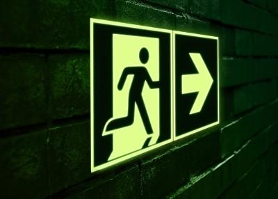 XTRA-GLO Schild in der Dunkelheit