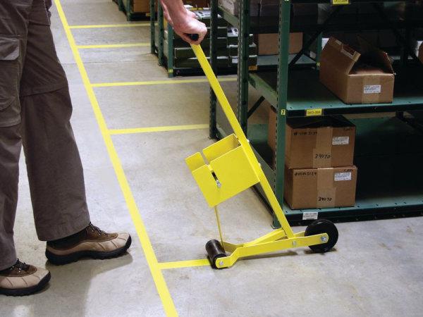 Bodenmarkierungsgerät zur Anbringung von Markierband