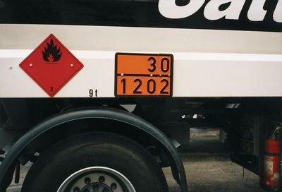 Transportfahrzeug mit Warntafel nach ADR orange mit Nummerncode