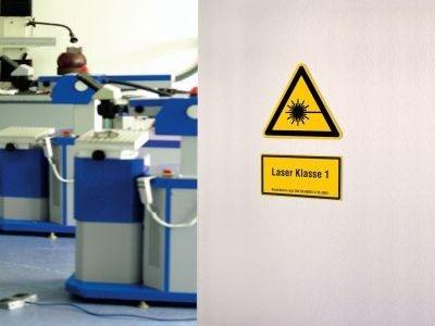 Tür mit Warnschild 'Laserstrahlen'