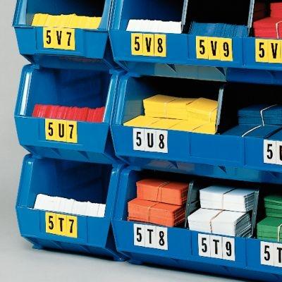 Lagerkästen beschriftet mit selbstklebenden Buchstaben und Ziffern