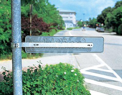 Einarm-Rohrschelle mit Schild am Rohrpfosten