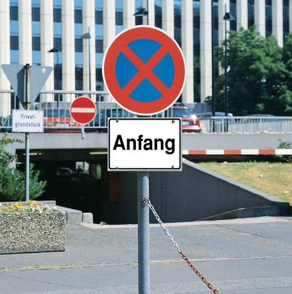 Haltverbot-Schild mit Zusatzzeichen Österreich