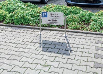 Kennzeichen-Schild mit Abschlepphinweis