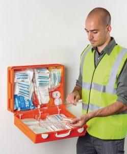 Erste Hilfe Koffer mit Ersthelfer