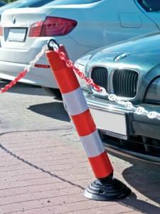 Flexibler Parkpfosten mit Absperrkette