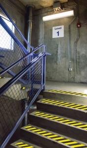 Auffälliger Antirutsch-Belag zur Markierung von Treppenstufen