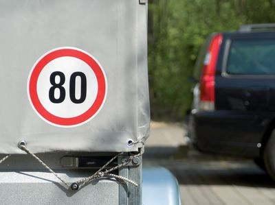 Geschwindigkeitsschild mit Höchstgeschwindigkeit 80 km/h