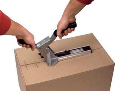 Paket wird mit einem Kartonverschluss-Hefter verschlossen