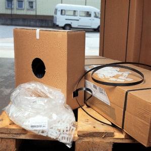 Palette mit Umreifungsband-Spender und umreiftes Paket