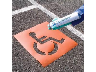 Bodenmarkierung mit Verkehrszeichen-Schablone und Markierspray