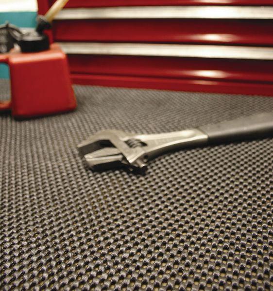 Revêtement de sol industriel anti-glisse et anti-fatigue