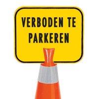 Verbodsborden voor kegels op bouwterrein - Verboden te parkeren