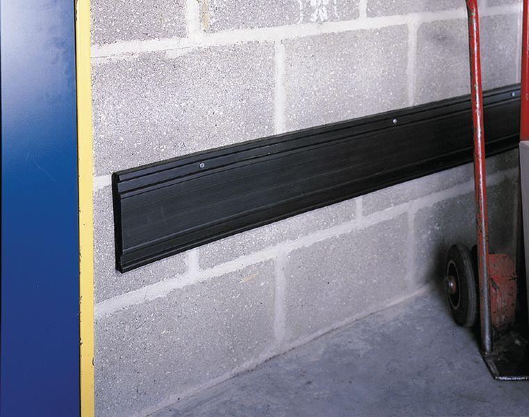 Extra brede zwarte stootrand voor muur