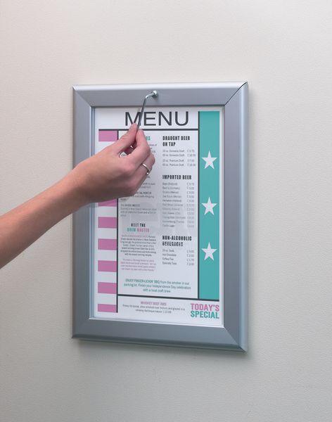 Affichehouder met beveiligd en zichtbaar klikkader
