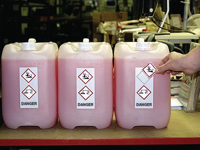 Blanco, personaliseerbare etiketten voor de identificatie van gevaarlijke stoffen