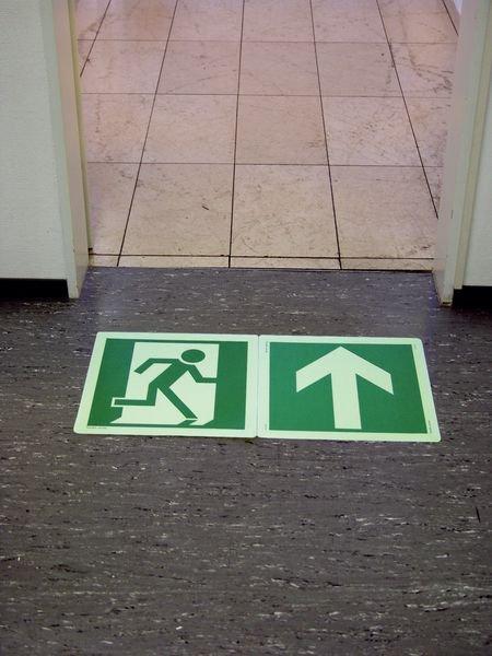 Fluchtrichtung links - Rettungszeichen zur Boden-Fluchtwegkennzeichnung, langnachleuchtend