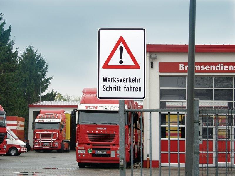 Werksverkehr, Schritt fahren - PREMIUM Kombi-Verkehrsschilder, Aluminium, massiv - Verkehrszeichen: Gefahrensignale SSV Schweiz