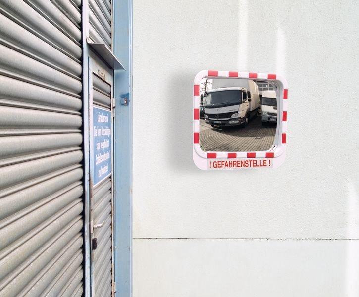 Unfallgefahr – Verkehrsspiegel mit Warnhinweis - Verkehrsspiegel