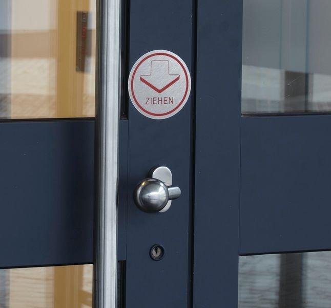Drücken, dreisprachig - Tür- und Fensterschilder in Alu-Optik, einseitig