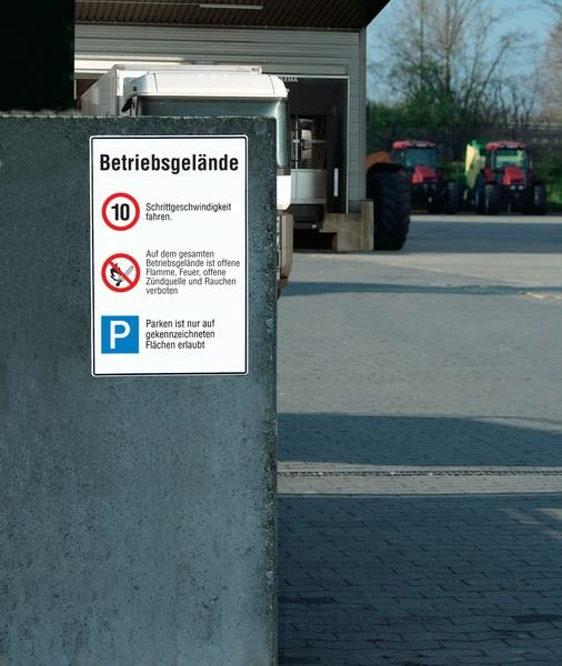 Höchstgeschwindigkeit/Offene Flamme, Feuer u. Rauchen verboten/Parken - STANDARD Verkehrstafeln