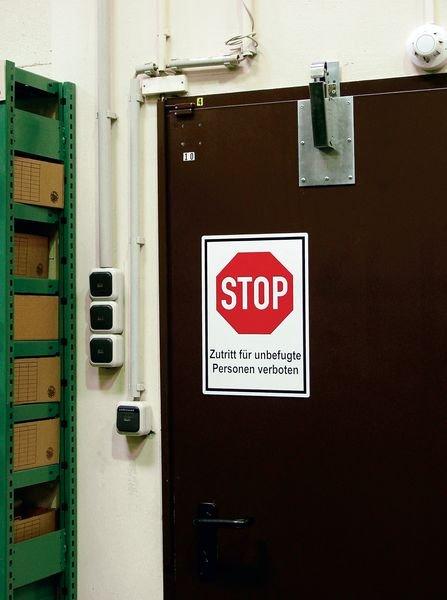 Zutritt nur mit Ausweis gestattet - Aluminium-Schilder im STOP-Design