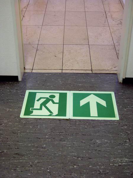 Rettungszeichen zur Fluchtweg-Bodenmarkierung