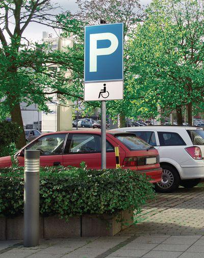 Parkschild mit Zusatzzeichen Behindertenparkplatz
