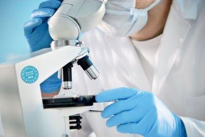Mikroskop mit aufgeklebter Plakette – Aufbereitet durch ZSVA 2015