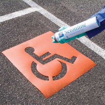 Schablone und Sprühfarbe zur Parkplatzmarkierung