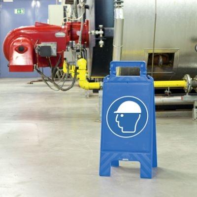 Blauer Warnaufsteller mit Gebotszeichen nach ASR Kopfschutz benutzen