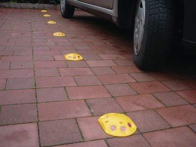 Reflektierende Bodenmarkierungskappen zur Parkplatzbegrenzung