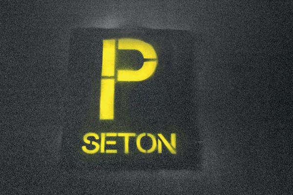 Schablonen-Markierung auf Parkplatz