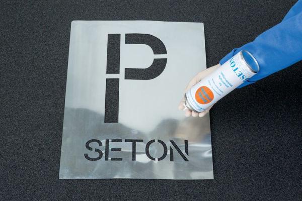 Spray Schablone in Anwendung mit Sprühfarbe