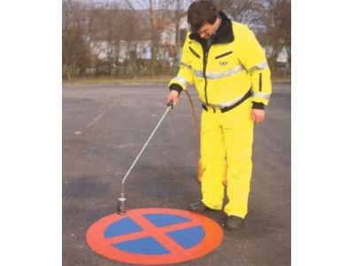 Fixieren der Bodenmarkierung mit Gasbrenner