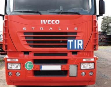 LKW mit TIR-Warntafel am Führerhaus
